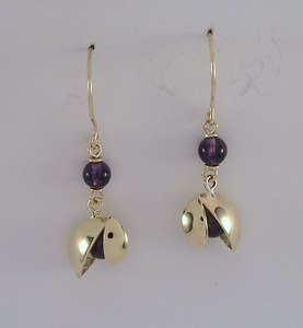 Opening pod earring in gold and amethyst