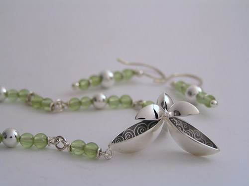 Silver and peridot three-pod necklace set